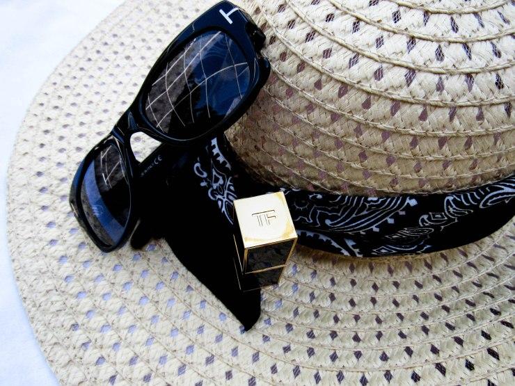 tomford_black_sunglasses_lipstick_sun_hat_blogger_style.jpg