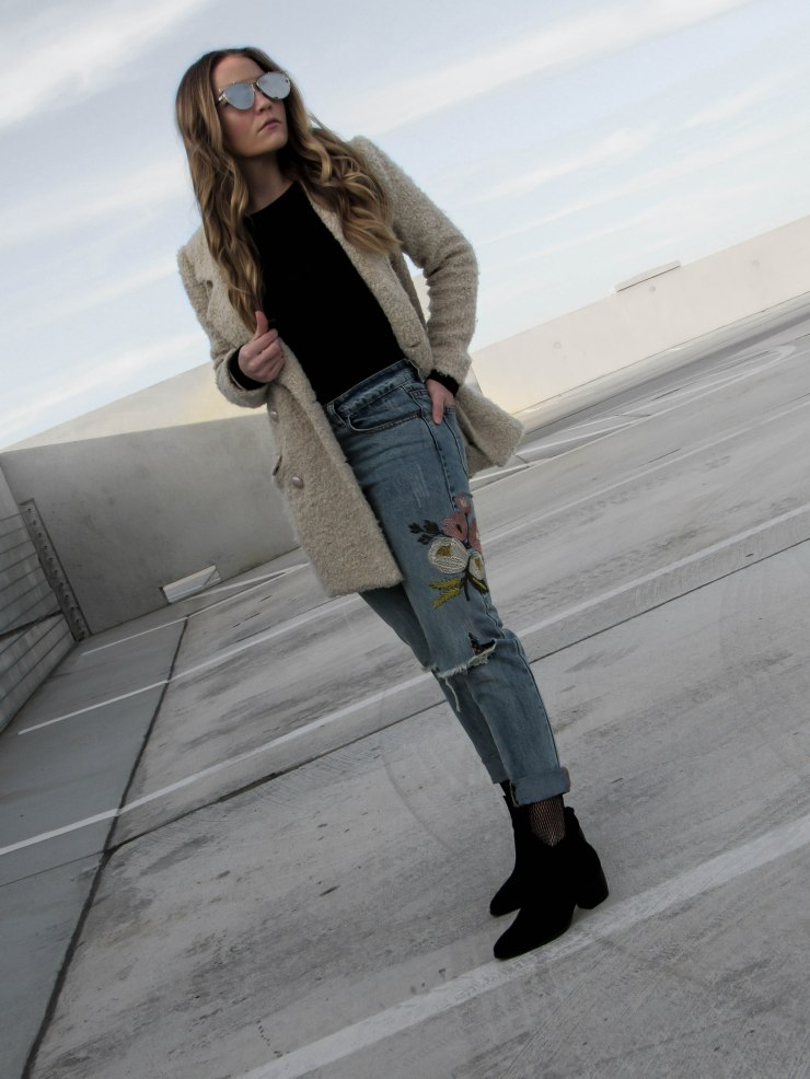 shein-blue-flower-embroidery-ripped-jeans-forever21-faux_fur-coat-cream