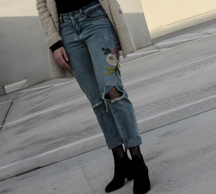 shein-blue-flower-embroidery-ripped-jeans